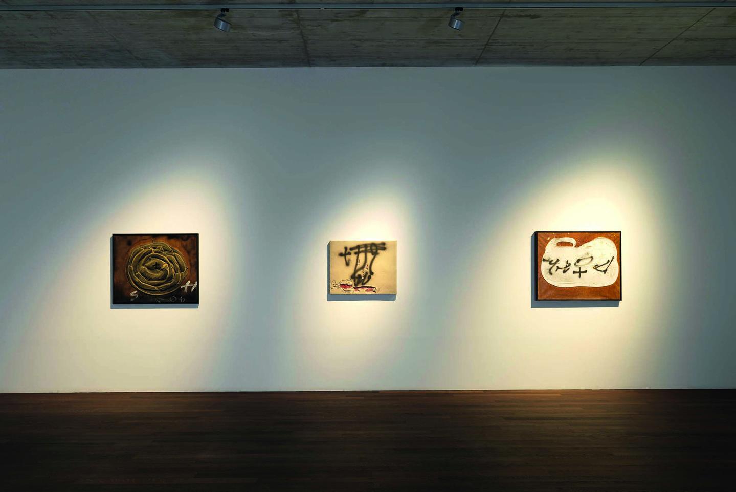 Antoni Tápies Installation View At EIGEN + ART Lab, Berlin Gallery Weekend,  2017 © Galerie Michael Haas, Berlin / Foto: Lea Gryze